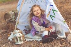 Dziecko dziewczyna w dekoracyjnym hovel na naturze zdjęcia stock