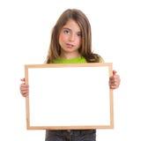 Dziecko dziewczyna z biel ramy kopii przestrzeni bielu blackboard zdjęcie royalty free