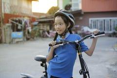 Dziecko dziewczyna z falcowanie rowerem obraz royalty free
