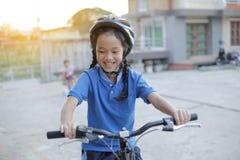 Dziecko dziewczyna z falcowanie rowerem obrazy stock