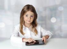 Dziecko dziewczyna z laptop pastylką Zdjęcia Stock