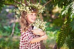 Dziecko dziewczyna z stokrotkami zdjęcie stock