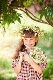 Dziecko dziewczyna z stokrotkami fotografia stock