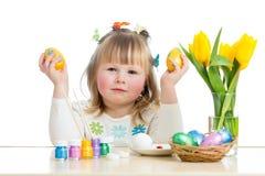 Dziecko dziewczyna z szczotkarskimi barwi Easter jajkami obrazy royalty free
