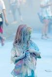 Dziecko dziewczyna zakrywająca z koloru pyłem, błękitny koloru pył w backg Obraz Royalty Free
