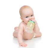 Dziecko dziewczynka kłama szczęśliwego mienia butelki breastfeeding sutka Zdjęcia Royalty Free