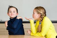 Dziecko dziewczyny ciosów ręki buziak brat zdjęcia stock