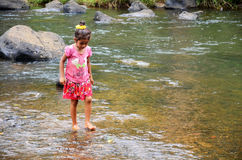 Dziecko dziewczyny Laotian ludzie bawić się i chodzący w strumieniu Obraz Stock