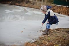 Dziecko dziewczyny odprowadzenie na zamarzniętym jeziorze, zaczynać topić w wczesnym wiosna dniu Fotografia Royalty Free