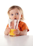 Dziecko dziewczyny pije sok odizolowywający na bielu Fotografia Stock