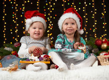Dziecko dziewczyny portret w boże narodzenie dekoraci, szczęśliwych emocjach, zima wakacje pojęciu, ciemnym tle z iluminacją i bo Zdjęcia Stock