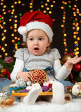 Dziecko dziewczyny portret w boże narodzenie dekoraci, szczęśliwych emocjach, zima wakacje pojęciu, ciemnym tle z iluminacją i bo Fotografia Stock