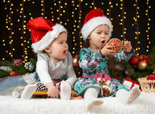 Dziecko dziewczyny portret w boże narodzenie dekoraci, szczęśliwych emocjach, zima wakacje pojęciu, ciemnym tle z iluminacją i bo Obrazy Stock