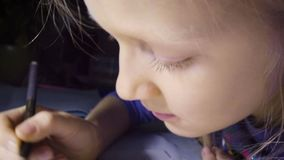 Dziecko dziewczyny rysunek zdjęcie wideo