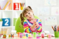 Dziecko dziewczyny rysunek i robić rękami Fotografia Stock