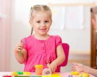 Dziecko dziewczyny rysunek i robić rękami zdjęcia stock