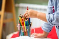Dziecko dziewczyny rysunek z ołówkami obrazy stock