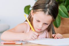 Dziecko farby hobby czasu wolnego dziewczyny remisu pomysłowo ołówek zdjęcia stock
