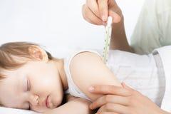 Dziecko febrę lub wysokotemperaturowego, używać termometr Zdjęcie Royalty Free