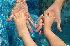 dziecko foots macierzyste palmy Zdjęcia Stock