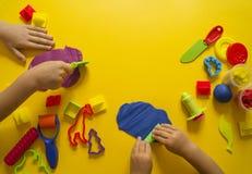 Dziecko foremka od barwionej plasteliny Dziecka ` s ręka Zdjęcie Stock