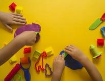 Dziecko foremka od barwionej plasteliny Dziecka ` s ręka Zdjęcia Stock