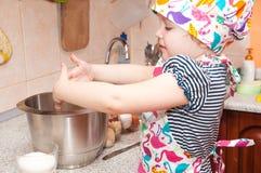 Dziecko gotuje w domu Obraz Stock