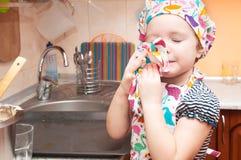 Dziecko gotuje w domu Zdjęcia Royalty Free