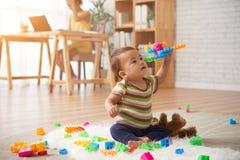 dziecko gra obraz royalty free