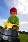 dziecko gra ciężarówkę. Obraz Royalty Free