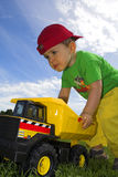 dziecko gra ciężarówkę. Zdjęcia Stock
