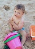 dziecko gra piasku obraz stock