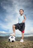 Dziecko gracz piłki nożnej na piłce nożnej Zdjęcia Stock