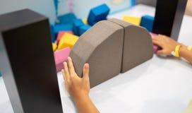 Dziecko gromadzić most od kolorowych kształtów fotografia royalty free