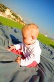 dziecko gruntuje na zewnątrz obsiadania Zdjęcie Royalty Free