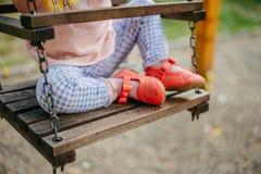 dziecko huśtawka szczęśliwa bawić się obraz royalty free