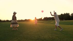 Dziecko i dziadkowie bawić się piłkę zdjęcie wideo