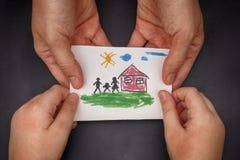 Dziecko i jego mama trzyma patroszonego dom z rodziną Obrazy Stock