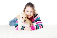 Dziecko i labradora szczeniak Zdjęcia Stock