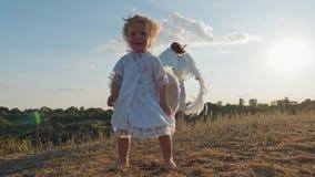 Dziecko i matka jak anioły chodzą w naturze zbiory