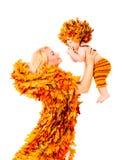 Dziecko i matka w mody jesieni spadku liści Odziewać Fotografia Stock