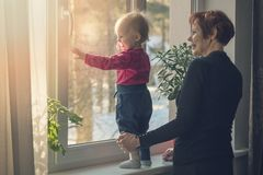 Dziecko i niania wydaje czas wpólnie w domu obraz royalty free