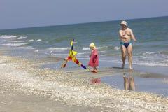 Dziecko i ojciec przy denną stroną Fotografia Stock