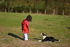 Dziecko i pies obrazy stock