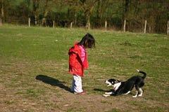 Dziecko i pies zdjęcia royalty free