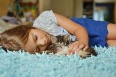 Dziecko i zwierzę domowe obraz stock