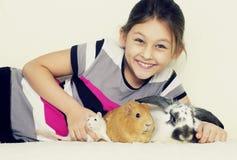 Dziecko i zwierzęta domowe Zdjęcia Stock