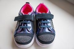 Dziecko inicjuje, luksusowi sneakers, sportów buty, buty dla dziewczyn Żartuje modnego obuwie z rhinestone dekoracją para dosyć fotografia royalty free