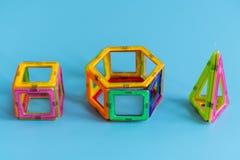 Dziecko jaskrawego koloru magnesowy konstruktor na błękitnym tle intelektualista zabawka zdjęcie stock