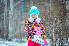 Dziecko jazda na łyżwach w zimie zdjęcie stock